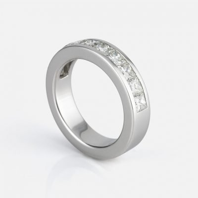 'Meia Memória' ring in white gold with carré diamonds