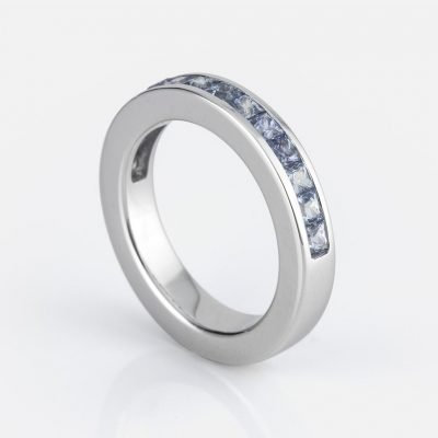 'Meia Memória' ring in white gold with blue sapphires