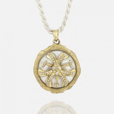 'Madonna Lilly' chain and medallion in yellow gold and mother of pearl with diamonds