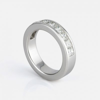 """""""Meia Memória"""" ring in white gold with carré diamonds."""