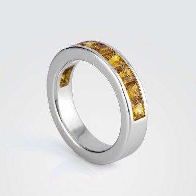 """""""Meia Memória"""" ring in white gold with yellow sapphires."""