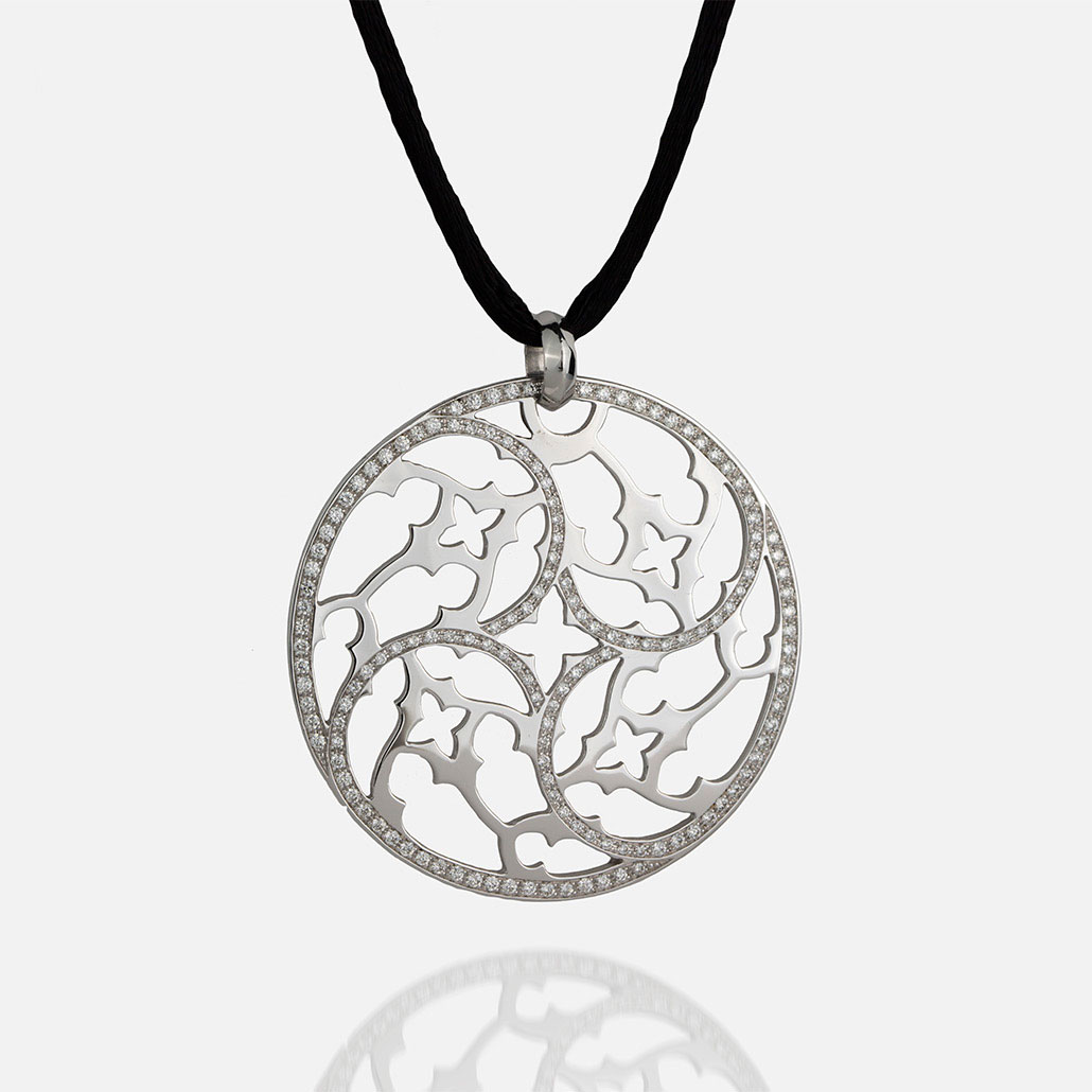 """Promessa de Amor"" medallion in white gold with diamonds and silk cord."