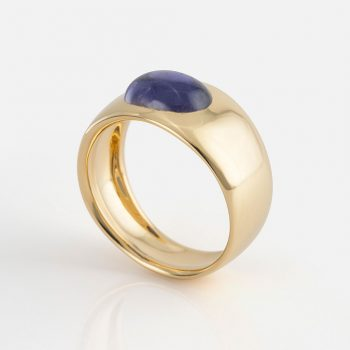 """Skandi"" ring in yellow gold with iolite."