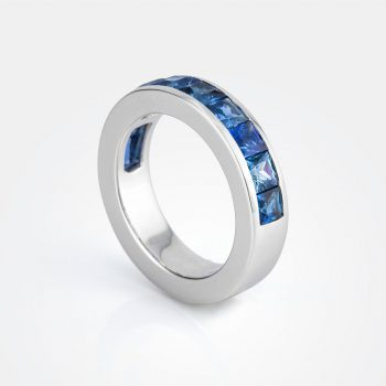 """Meia Memória"" ring in white gold with pale-blue sapphires."