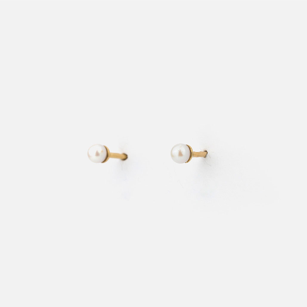 Pair of earrings in yellow gold with pearls.