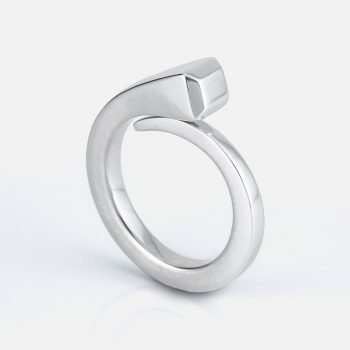 """O Cravo"" ring in silver."