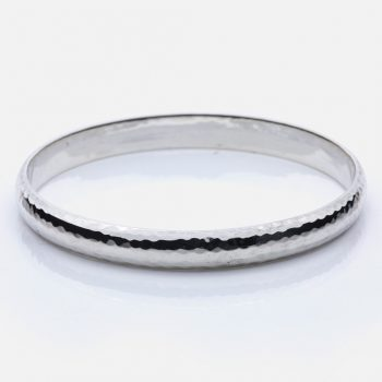 Hammered bracelet in silver.
