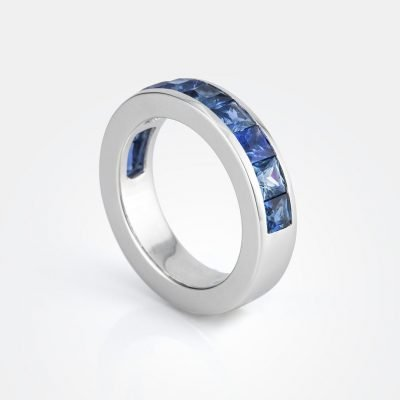 'Meia Memória' ring in white gold with pale-blue sapphires