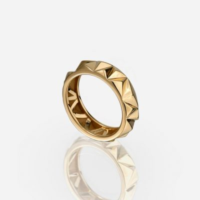 'Les Pyramides' ring in yellow gold