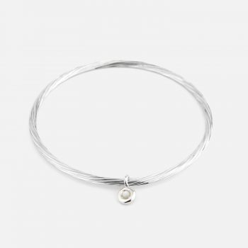 Flat bracelet in silver with pearl trinket