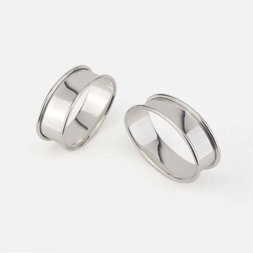 Pair of oval napkin rings in silver